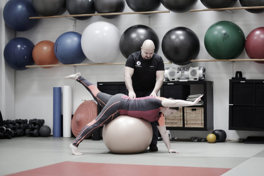Klient træner på gymnastikbold