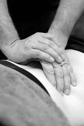 Fysioterapeut giver fysioterapi
