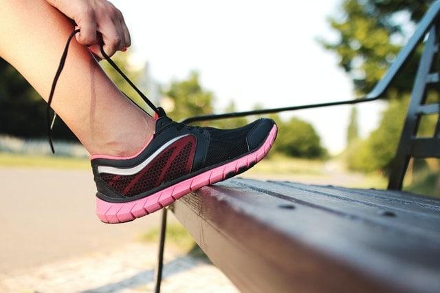 kvinde binder sine løbesko