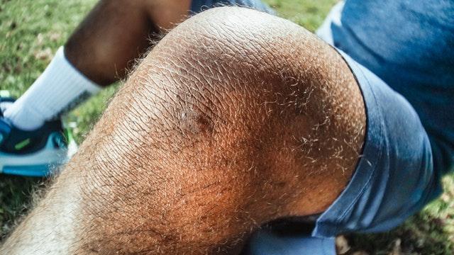 mand har ondt i knæet
